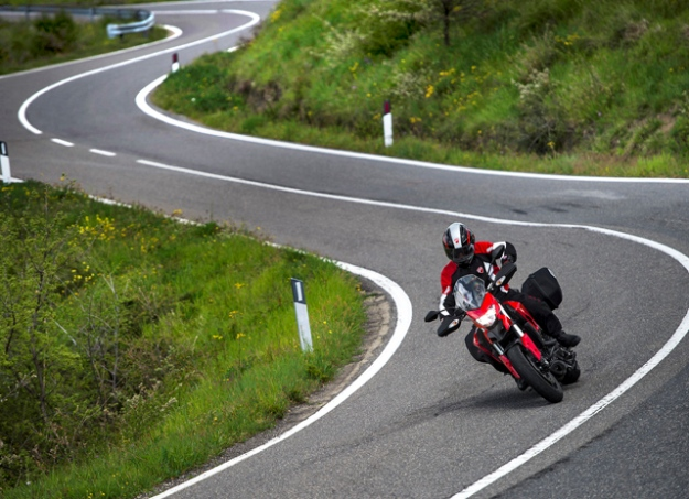 Ducati Hyperstrada 821: looks like a good sporting roadster