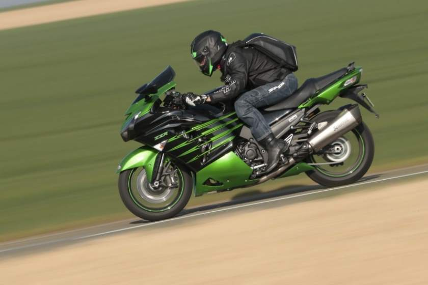 Kawasaki ZZR 1400 Performance Sport double curvature of the smoke bubble provides excellent protection