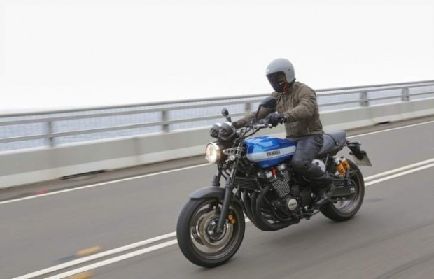 Appraisal: The look, the charm, the approval two price  Given their design and their positioning, what can you blame these two Yamaha XJR 1300 2015? Not much in the end: the absence of (even optional) ABS, ergonomics designed for large and some vibrations on the Racer and a series recessed mounts, and even exceeded... We will retain especially the makeover successful, impeccable finish, outstanding engine licensing and preserved ride comfort. Sold €10 999 for the XJR and €11 999 for the Racer, these two Yamaha's Sport Heritage range count seduce fans of classic motorcycles. A target at both full-back and growing.